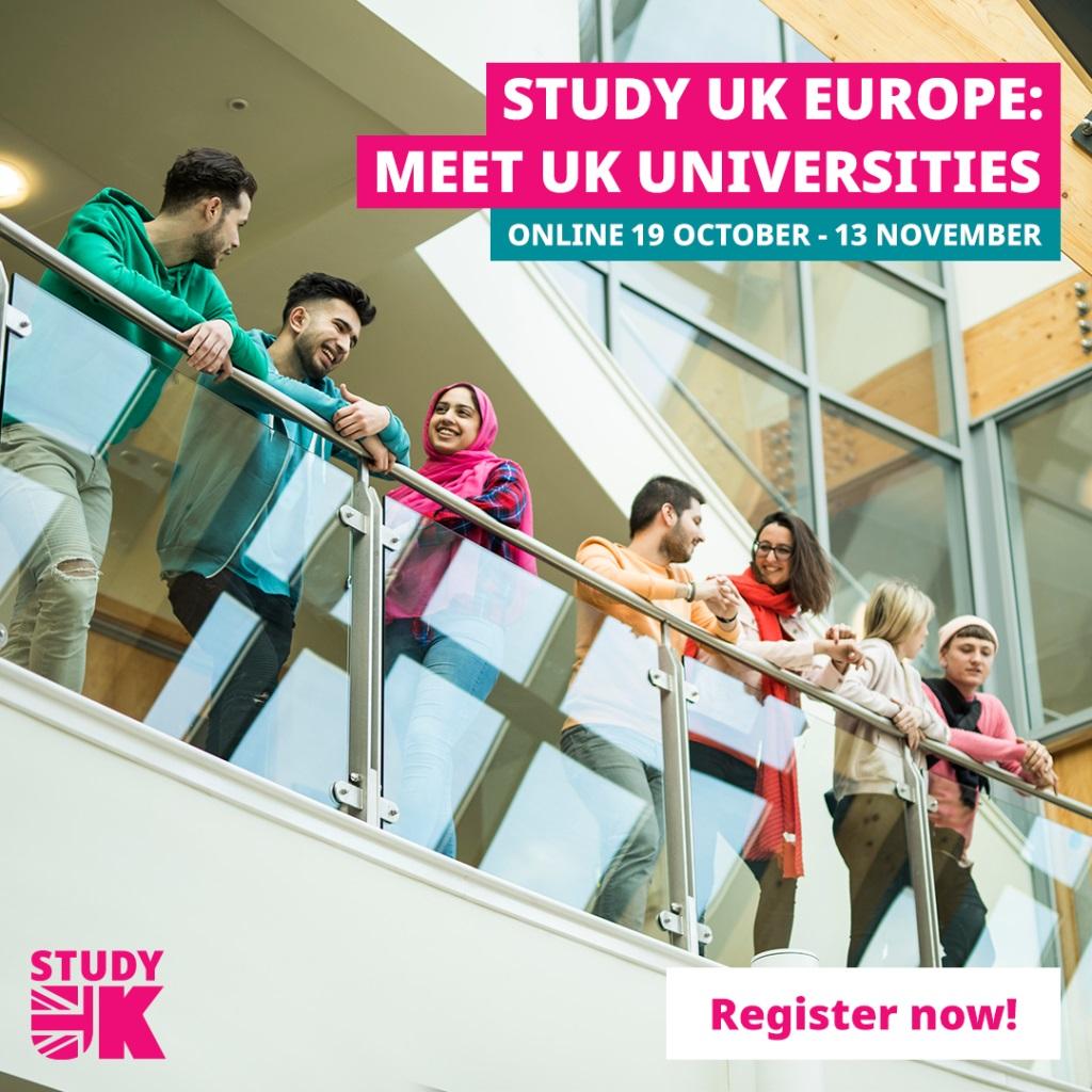 Zdjęcie ujęte od dołu pokazujące grupkę młodych ludzi opierających się o metalową poręcz ze szklanym podparciem. Na zdjęciu dodane kolorowe napisy informujące o nazwie i terminie wydarzenia. Dołączone logo Study UK.