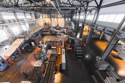 Widok z góry na halę produkcyjną.