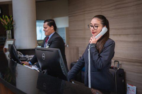 dwóch recepcjonistów w pracy
