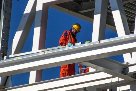 dwóch inżynierów w kasku na konstrukcji budowlanej