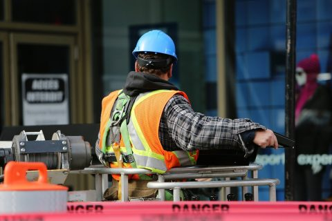 pracownik budowlany w pracy