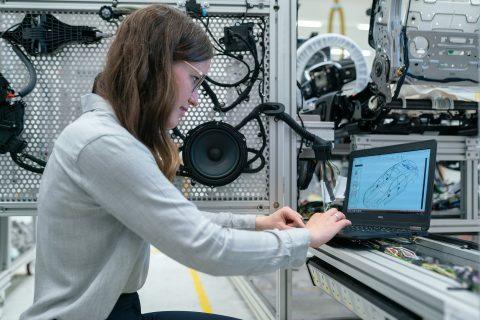 Kobieta w pracy przez laptopem - kontroler jakości