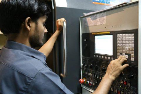 mechanik programujący maszynę