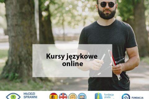 mężczyzna w ciemnych okularach ze złożoną białą laską, napis kursy językowe online, logotypy projektu Młodzi sprawni językowo