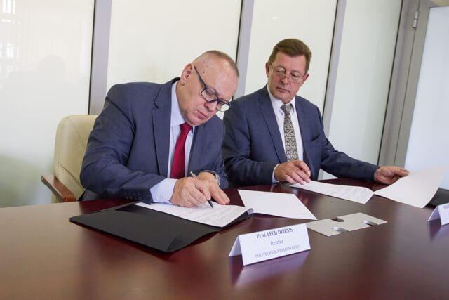 Rektor PB przy podpisaniu umowy