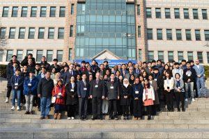 zdjęcie grupowe uczestników konferencji na schodach przed budynkiem, w którym odbyła się konbferencja