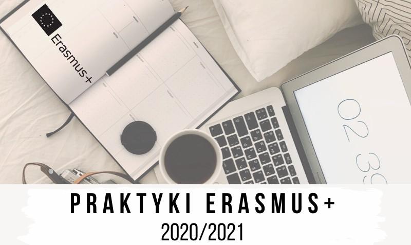 Grafika promująca praktyki Erasmus+. W tle laptop kawa, komputer, ołówek i notes z logo Erasmus+.