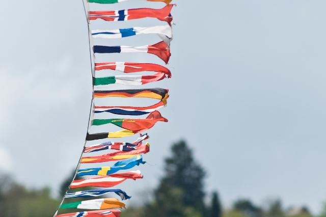 flagi zawieszone na linie, powiewające na wietrze