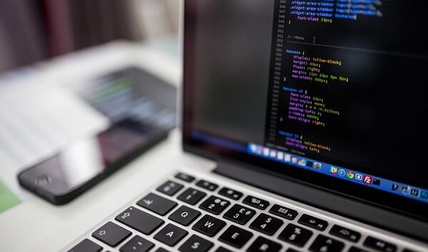 monitor laptopa z kodem