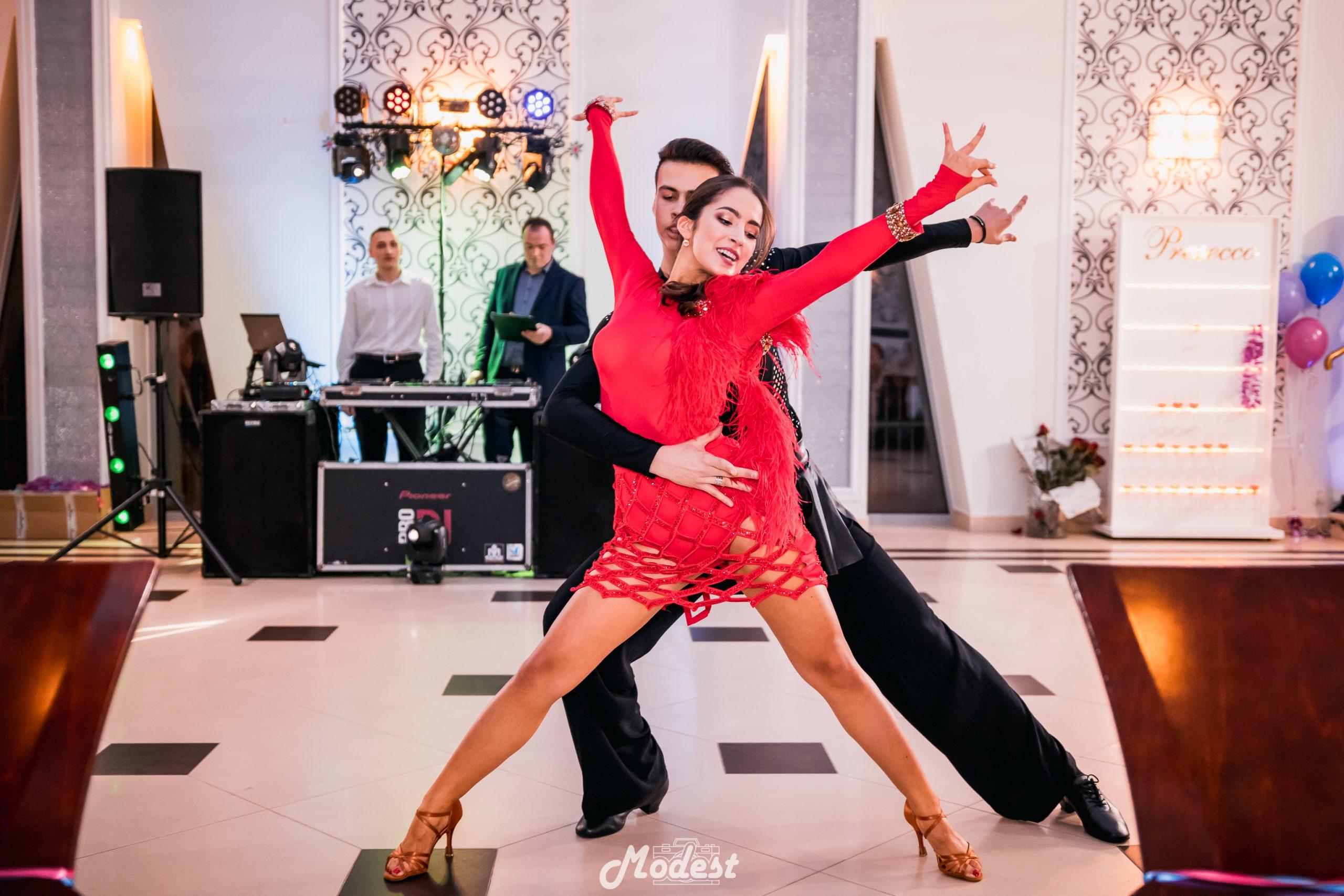 Taniec w wykonianiu ucznia ALOPB i jego partnerki