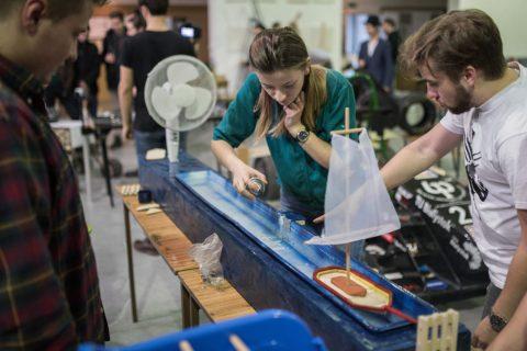 studenci budujący maszynę PB