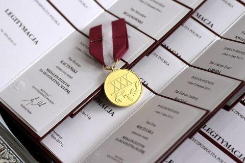 medal na tle legitymacji