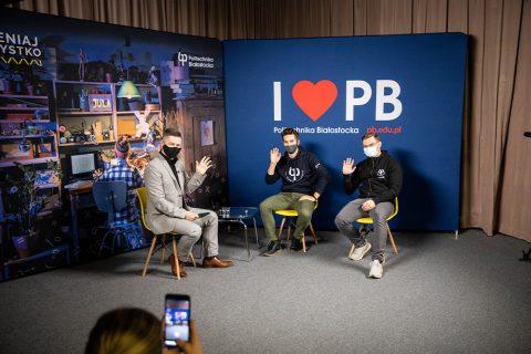 trzej mężczyźni w studio Platon TV podczas nagrania Dni Otwartych PB