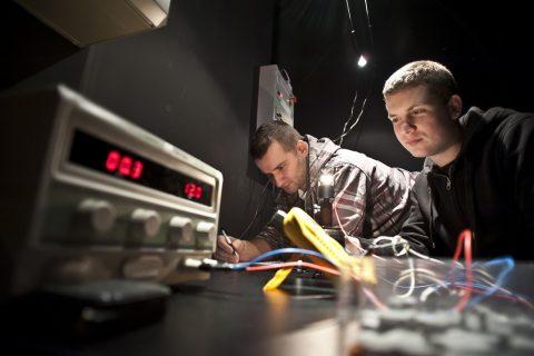 Doktoranci podczas pracy w laboratorium