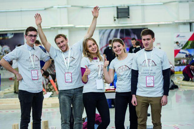 Studenci podczas konkursu budowy mostów drewnianych