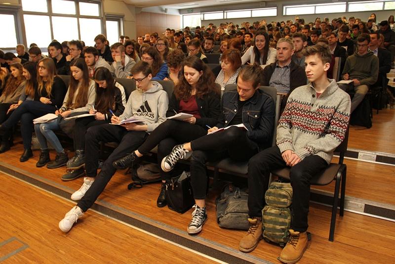 młodzież na wykładzie na PB