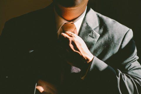 student w krawacie
