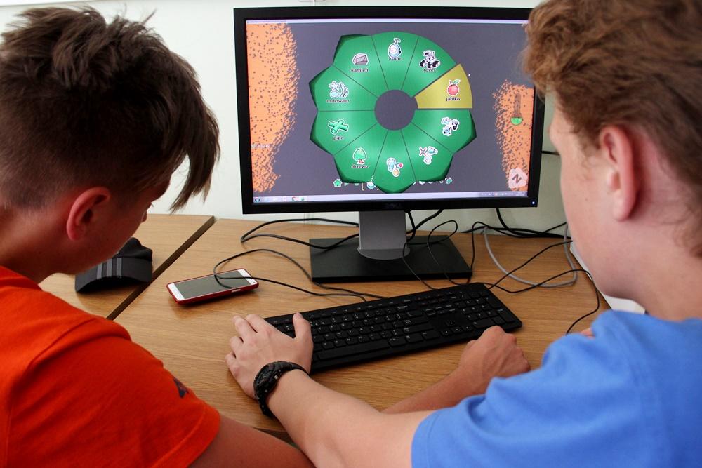 zawodnicy piszą grę komputerową w konkursie Dżemik