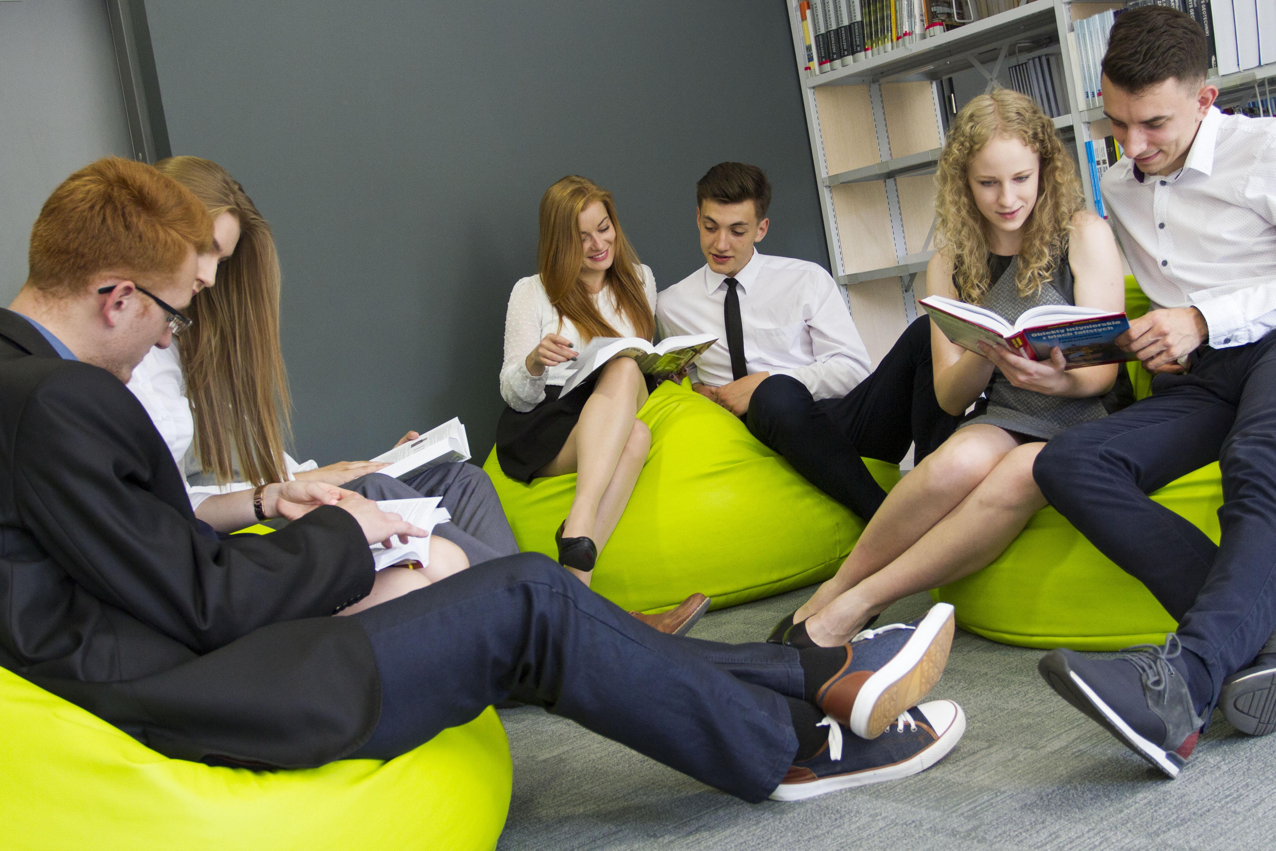 grupa studentów w Bibliotece PB