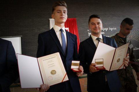"""Uczeń i nauczyciel LO PB z medalami """"Diligentiae - za pilność"""""""