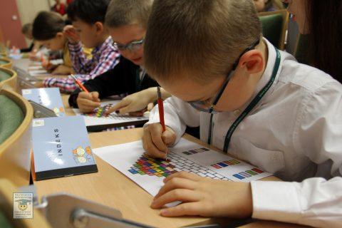 chłopczyk rozwiązuje zadania podczas zajęć Podlaskiego Uniwersytetu Dziecięcego