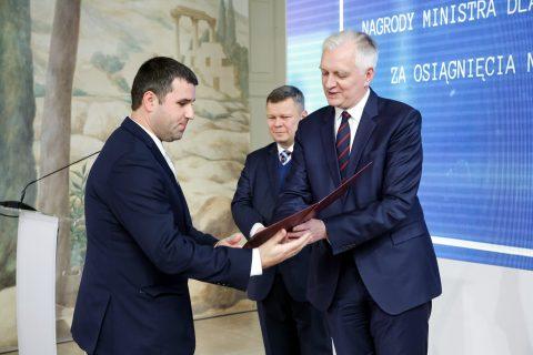 prof Kochanowicz odbiera nagrodę z rąk ministra Gowina