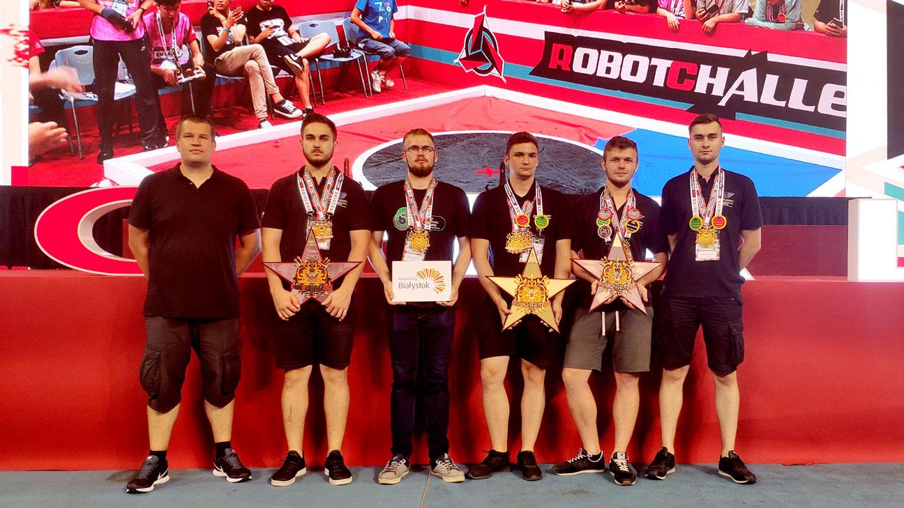 Zespół SumoMasters prezentuje medale