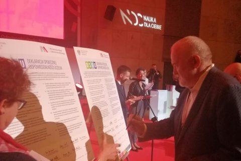 Prorektor Kaczyński podpisuje Deklarację