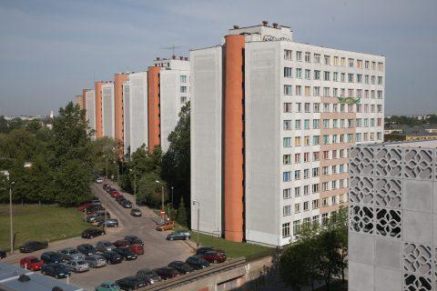 fotografia. budynki akademików uczelni oraz droga wewnętrzna