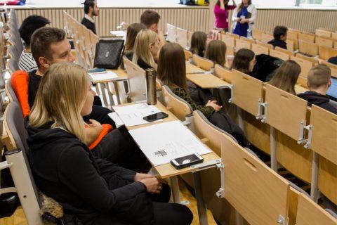 osoby siedzące na sali podczas konferencji