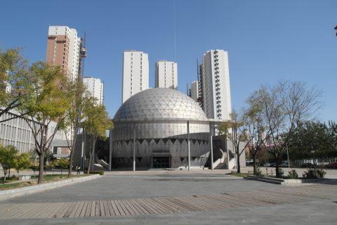 Zdjęcie budynku w kształcie rotundy na kampusie Tianjin Chengjian University (TCU) w Chinach