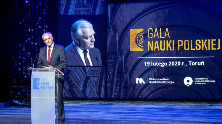 Minister Jarosław Gowin przemawia na scenie podczas Gali Nauki Polskiej