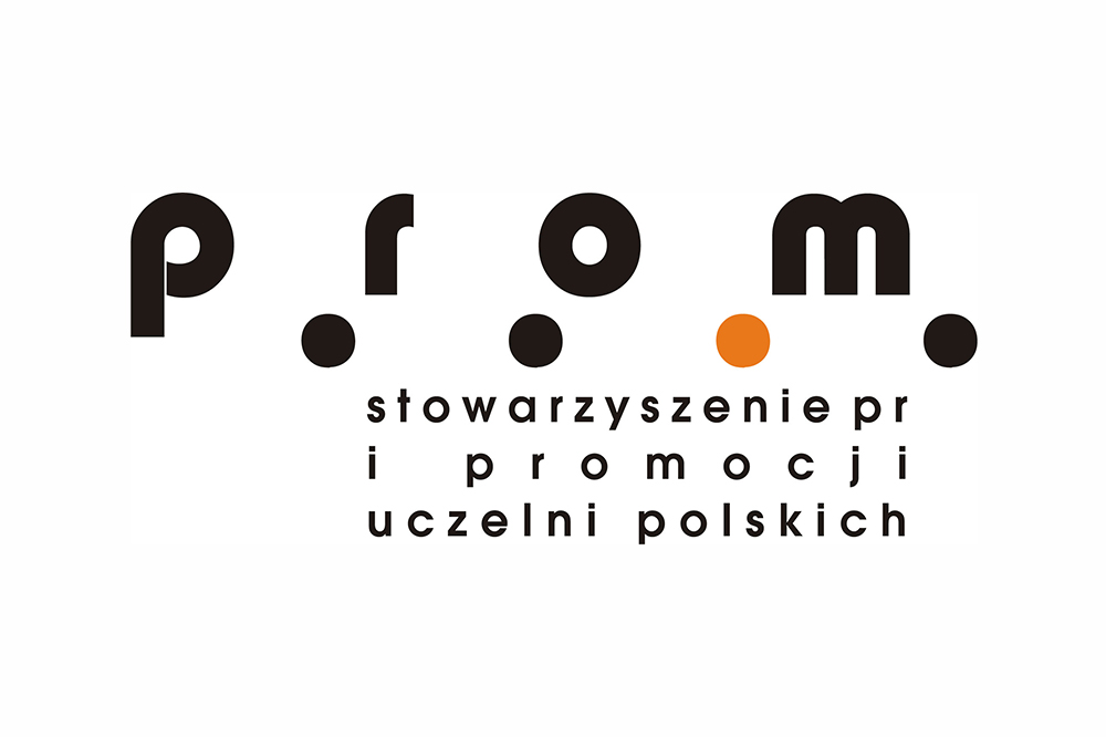 """logo. Na białym tle czarny napis """"prom"""" oraz cztery kropki: trzy czarne i jedna pomarańczowa. Nastepnie małymi literami """"stowarzyszenie pr i promocji uczelni polskich"""""""