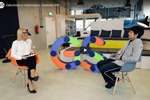 zdjęcie jest kadrem z filmu na portalu Geekstok.pl. Przedstawia dwie kobiety siedzące na kolorowych fotelach w industrialnym otoczeniu pomieszczenia w Białostockim Parku Naukowo-Technologicznym