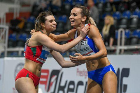 Marlena Gola i Justyna Święty-Ersetic za zakończeniu biegu gratulują sobie