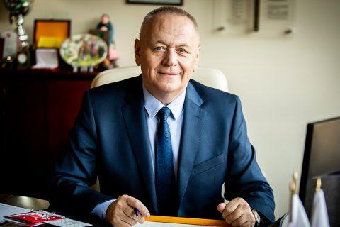prof. Lech Dzienis_portret przy biurku
