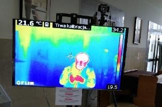 zdjęcie telewizora na którym widnieje kolorowy obraz z kamery termowizyjnej