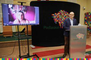 Marszałek A. Kosicki podczas konferencji online. Na ekranie monitora Marlena Gola