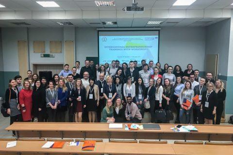 Grupa około 50 uczestników podczas warsztatów w ramach projektu LT-PL CooPlatform