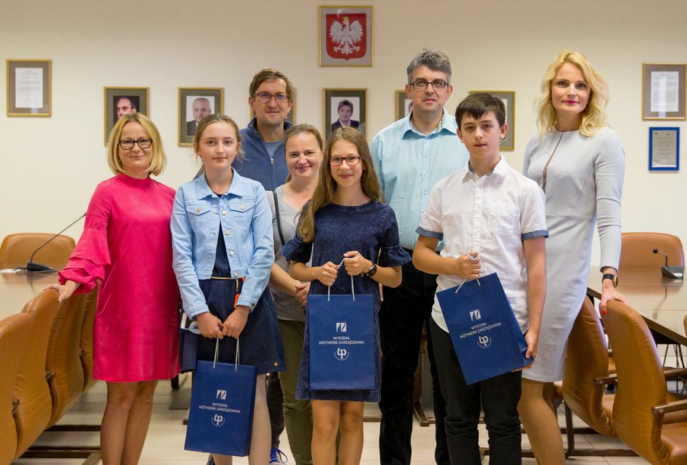 Rozstrzygnięcie konkursu na zakończenie 6. edycji Ekonomicznego Uniwersytetu Dziecięcego na Politechnice Białostockiej. Grupa laureatów i organizatorów