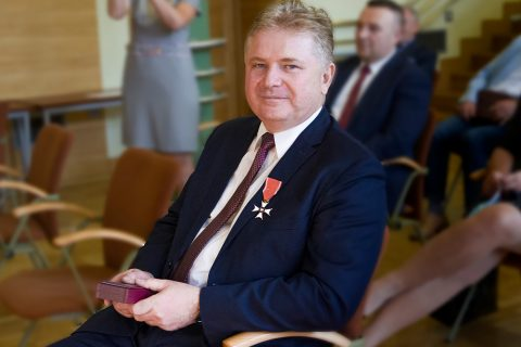 Fotografia. Prof. Bakier odznaczony Krzyżem Kawalerskim Orderu Odrodzenia Polski
