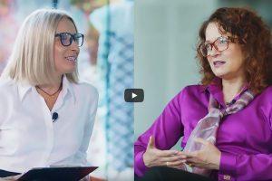 Fotografia ilustracyjna do wywiadu z Panią Rektor na latformie Geekstok. Po lewej Magdalena Gołaszewska, po prawej Marta Kosior-Kazberuk