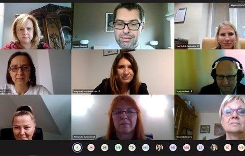 zdjęcie ekranu. 9 osób podczas wirtualnego spotkania