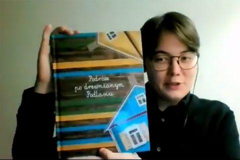 Kamil Barszczewski prezentuje publikację Podróże po drewnianym Podlasiu