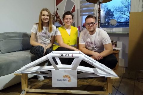 Maria Czaban, Magdalena Figura i Karol Ostapiuk prezentują swój most z papieru