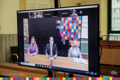 Marszałek województwa podlaskiego podczas ogłaszania listy stypendystów na spotkaniu online