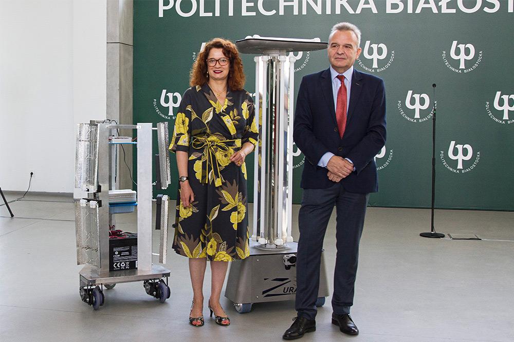 Od lewej stoją: Rektor PB Marta Kosior-Kazberuk, Adam Jabłoński Prezes Zarządu firmy ZURAD