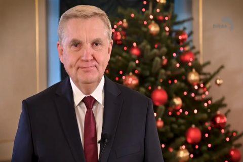 Prezydent Białegostoku Tadeusz Truskolaski na tle choinki