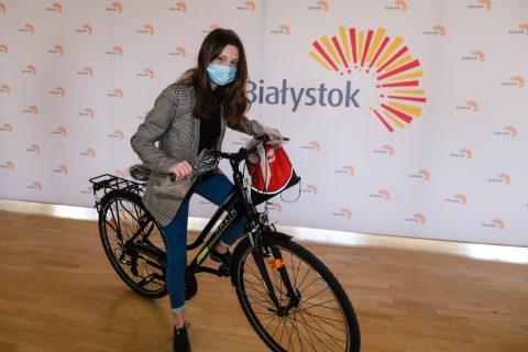 Aleksandra Jamiołkowska na rowerze, który wygrała