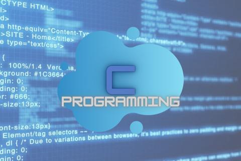 grafika ilustracyjna. Na niebieskim ekranie komputera ciągi kodów, na środku chmura z literą C i słowem PROGRAMMING